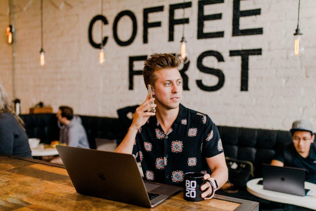 Tim Weisheit Mann im Cafe