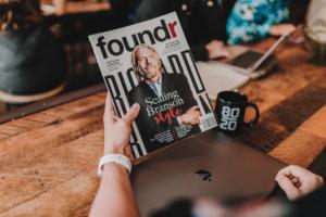 Tim Weisheit foundr Magazin mit Richard Branson quer