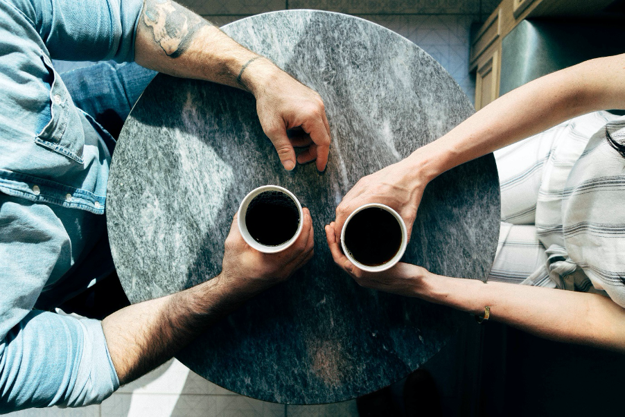 Tim Weisheit Tisch mit Kaffee quer