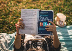 Tim Weisheit Frau liest Marketing Buch quer